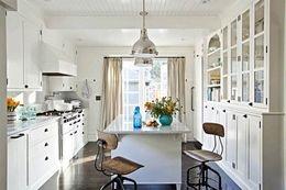 التصميم الداخلي للمطبخ مربع هو أبسط قاعدة لمزيد من الخيارات