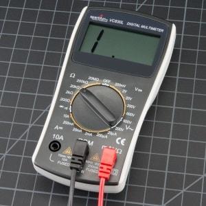 Jak sprawdzić pojemność akumulatora za pomocą multimetru