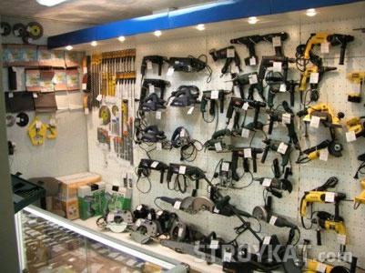 Розстановка торгового обладнання та викладка товарів в магазині будматеріалів - різний