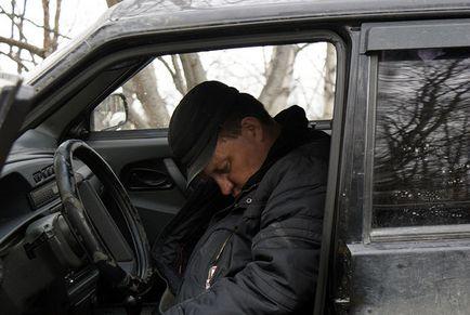Огрядний чоловік постійно засинає як тільки сяде