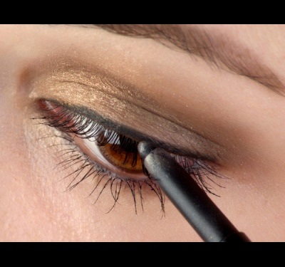 كيفية صبغ العينين بشكل صحيح