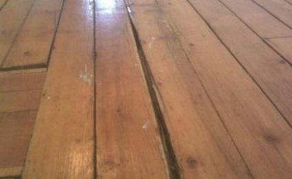 من ختم حفرة في الطابق القديم من الألواح كما هو مع أيديهم لإزالة الشقوق في أرضية خرسانية