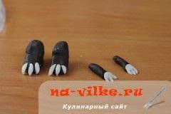 Фігурки динозаврів з мастики і тістечка картопля