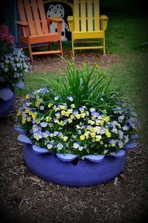 Оригінальна клумба з колеса для прикраси саду