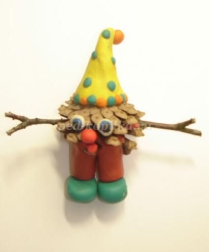 Гномик з шишки і пластиліну своїми руками
