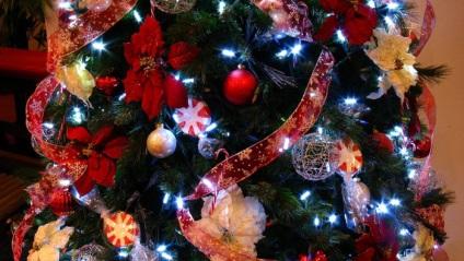 Новорічна ялинка прикрашена бантами і стрічками