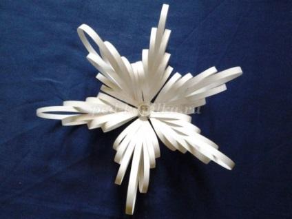 Як зробити об'ємні сніжинки з паперу