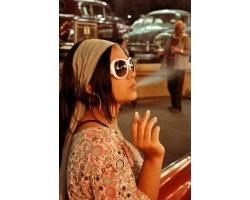 A fiúk dohányzó lány
