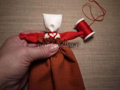 Doll tegezeslégy saját kezét