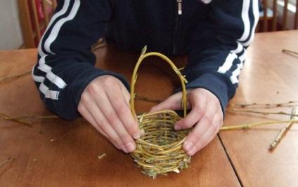 Hogyan szőni egy kis kosár fűzfa ága - a saját kezét, mesterkurzusokat fotók