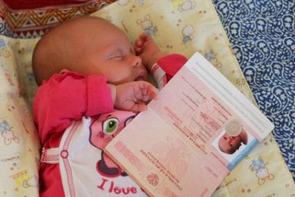 Заграничный паспорт для младенца первого года жизни оформляется по месту проживания одного из родителей или законного представителя , который подает заявление.