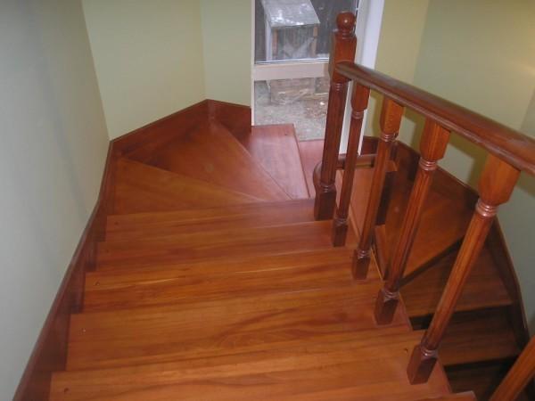 Покрыть лаком деревянную лестницу своими руками 95