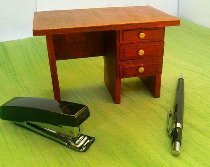 Как сделать из коробки кукле стол 18