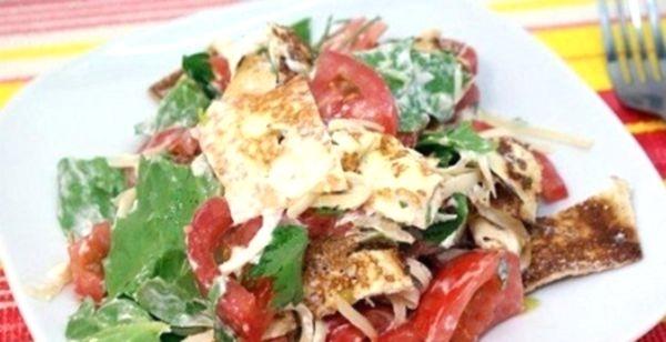 Салат з млинцями з грибами, цибулею, куркою, шинкою